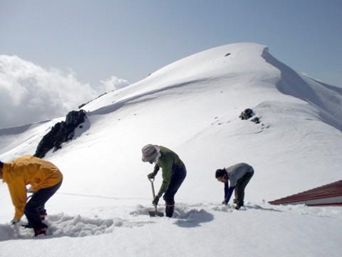 作業はこんな感じ。積雪の多い客室側の屋根雪を減らします。