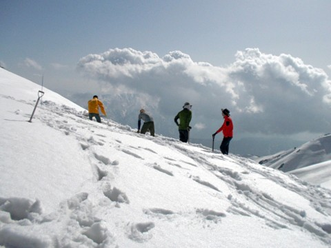 雪が一番多い中大日側の屋根の端を予想して掘り出します。