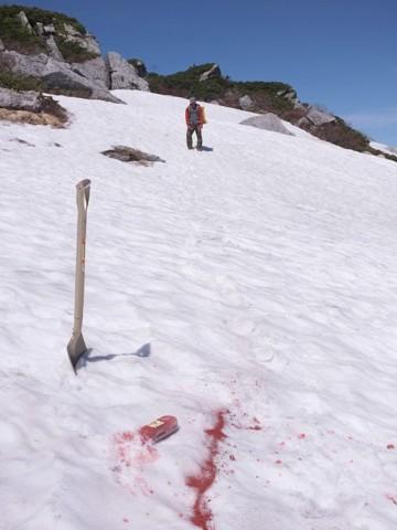 雪のあるところは、赤いベンガラをまいて目印にしてあります。